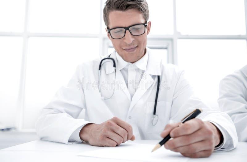 Cierre para arriba el doctor hace una entrada de diario imagen de archivo
