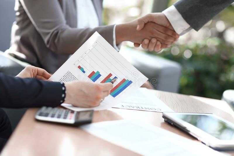 Cierre para arriba el hombre de negocios considera beneficio financiero del nuevo contrato imágenes de archivo libres de regalías