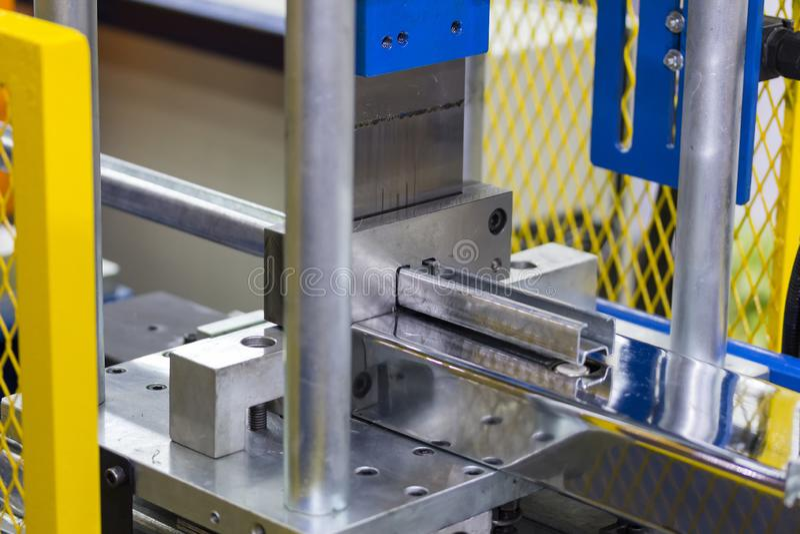Cierre para arriba el sistema del esquileo de rollo de la hoja de metal que forma la máquina en la fábrica para industrial imagenes de archivo