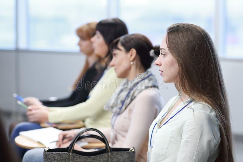 Cierre para arriba empleados en la reuni?n de negocios Concepto de educaci?n fotografía de archivo