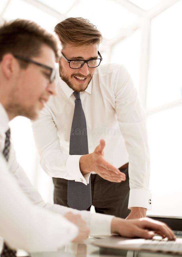 Cierre para arriba empleados sonrientes que discuten la información del negocio imagen de archivo