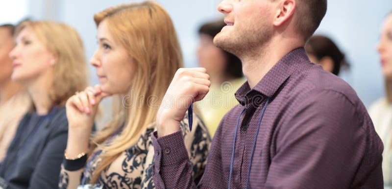 Cierre para arriba empresarios jovenes en un congreso de negocios fotografía de archivo