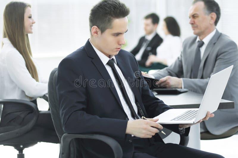Cierre para arriba hombre de negocios joven que mira la pantalla del ordenador portátil fotografía de archivo libre de regalías