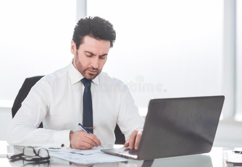 Cierre para arriba hombre de negocios serio que comprueba informe financiero fotos de archivo