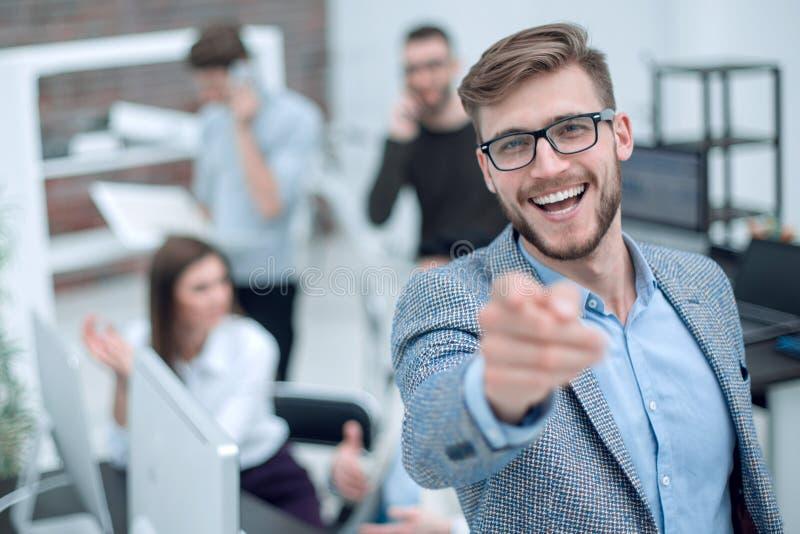 Cierre para arriba Hombre de negocios sonriente que se?ala el dedo en usted fotografía de archivo libre de regalías