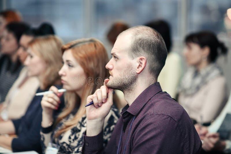 Cierre para arriba hombres de negocios en la sala de conferencias Negocio y educaci?n imagenes de archivo