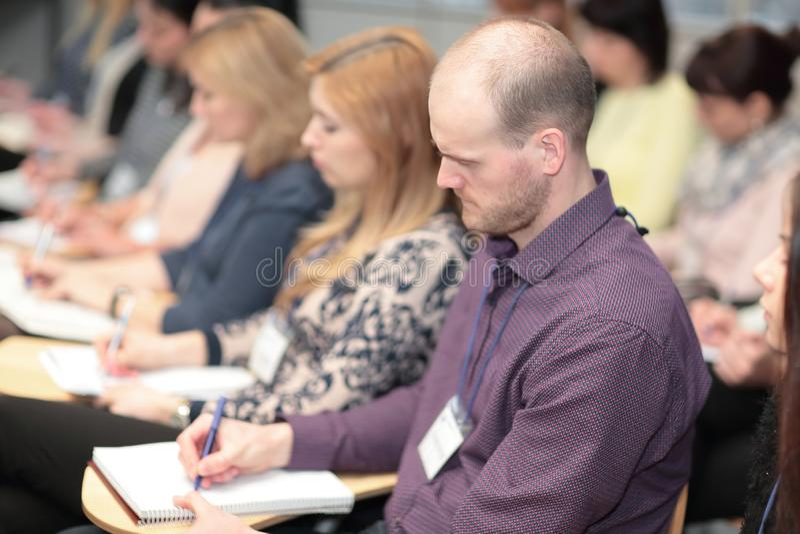 Cierre para arriba hombres de negocios en la sala de conferencias Negocio y educaci?n imagen de archivo