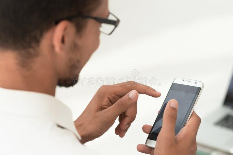 Cierre para arriba hombres de negocios usando un smartphone moderno imágenes de archivo libres de regalías