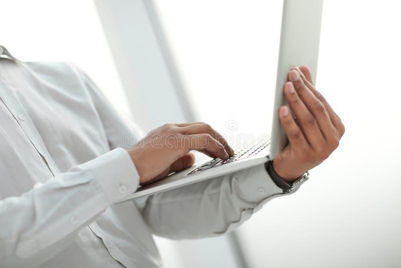 Cierre para arriba imagen de un hombre de negocios que sostiene un ordenador portátil abierto fotos de archivo