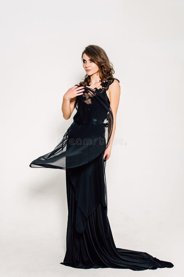 Cierre para arriba individualidad Señora elegante pensativa en vestido de noche negro del baile de fin de curso Foto retocada est imagen de archivo libre de regalías