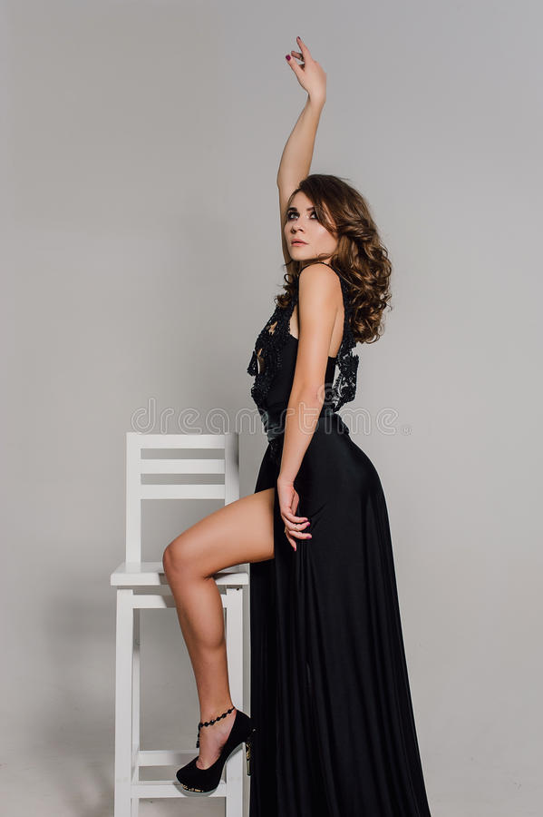 Cierre para arriba individualidad Señora elegante pensativa en vestido de noche negro del baile de fin de curso Foto retocada est fotografía de archivo libre de regalías