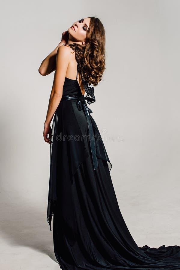 Cierre para arriba individualidad Señora elegante pensativa en vestido de noche negro del baile de fin de curso Foto retocada est fotos de archivo libres de regalías