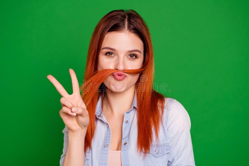 Cierre para arriba la foto hermosa ella que su señora astuta que hace el rizo falso del bigote finja al varón del individuo del h foto de archivo libre de regalías