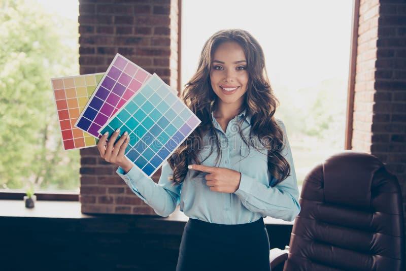 Cierre para arriba la foto hermosa ella su plataforma del control de la señora del negocio que diversos colores muestran el tono  fotos de archivo libres de regalías