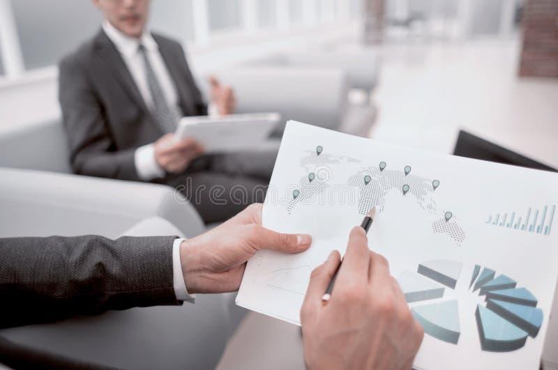 Cierre para arriba los empleados analizan datos estad?sticos fotos de archivo libres de regalías