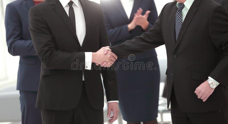 Cierre para arriba los socios comerciales del apretón de manos después de una negociación acertada imagen de archivo libre de regalías