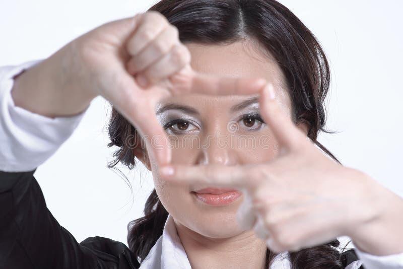 Cierre para arriba mujer de negocios que hace el marco fuera de la mano Aislado en blanco imágenes de archivo libres de regalías