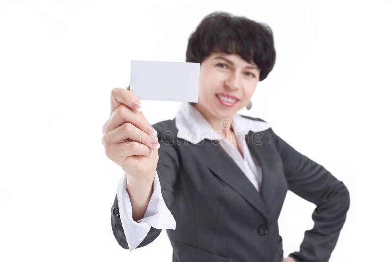 Cierre para arriba mujer de negocios sonriente que muestra una tarjeta de visita en blanco fotos de archivo
