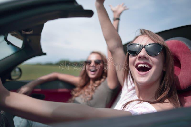 Cierre para arriba mujer feliz que conduce un convertible foto de archivo libre de regalías