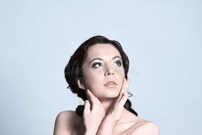 Cierre para arriba Mujer joven hermosa que mira el espacio de la copia Aislado imágenes de archivo libres de regalías