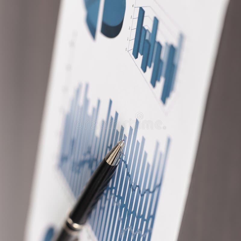 Cierre para arriba Pluma y carta financiera el concepto de analizar datos imagen de archivo