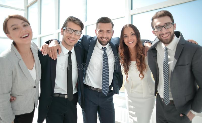 Cierre para arriba retrato de un equipo amistoso del negocio foto de archivo