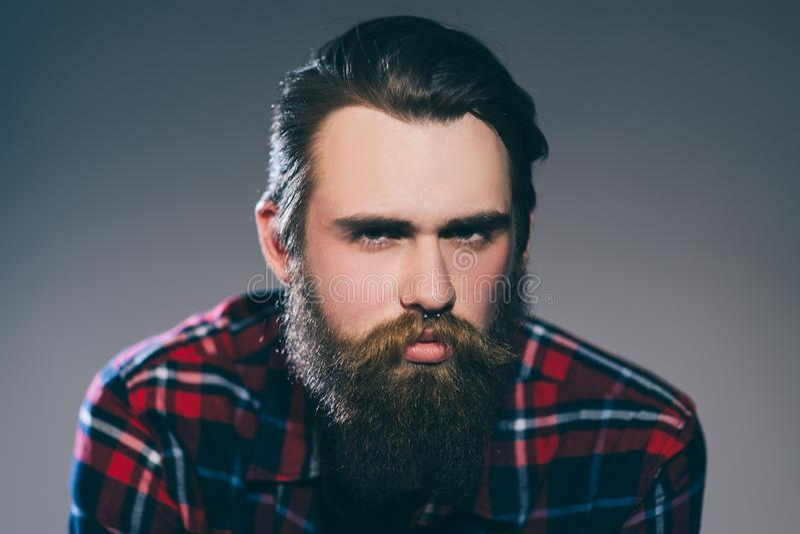 Cierre para arriba retrato de un hombre barbudo severo en una camisa de tela escocesa imágenes de archivo libres de regalías