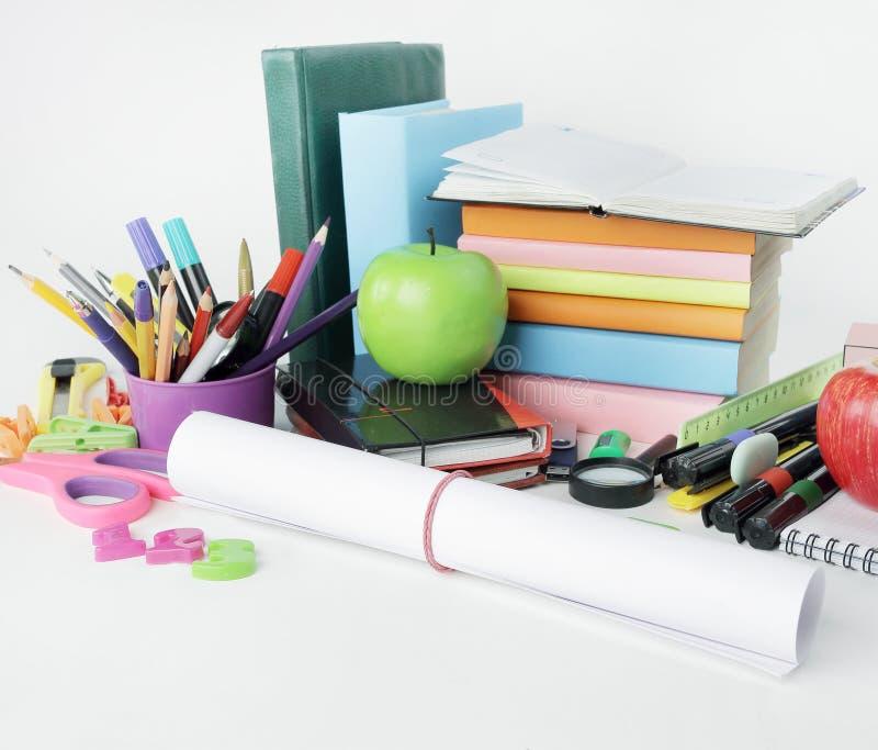 Cierre para arriba una hoja del papel de dibujo y de las fuentes de escuela aislados en el fondo blanco imagenes de archivo