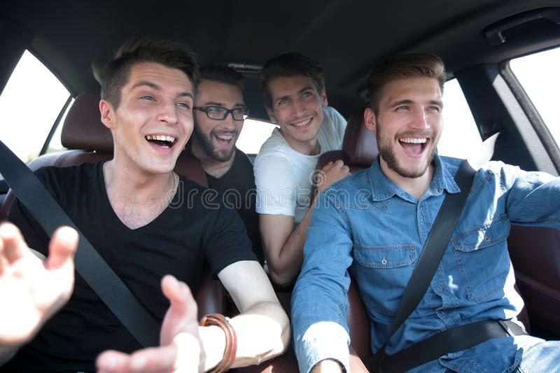 Cierre para arriba viaje de tres amigos en un coche fotos de archivo libres de regalías