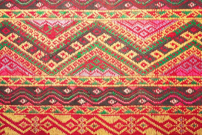 Cierre peruano de la superficie de la manta del estilo de la artesanía de seda tailandesa colorida encima de más este adorno y de imagen de archivo libre de regalías