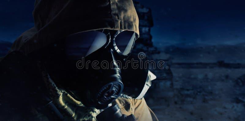 Cierre poste-apocalíptico de la cara de la situación del soldado del desierto encima de la opinión del perfil fotos de archivo