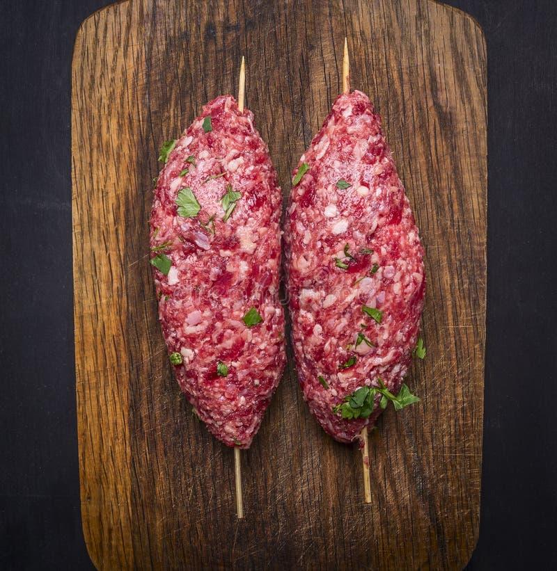 Cierre rústico de madera de la opinión superior del fondo del kebab dos del pincho de la tabla de cortar cruda del vintage para a imagenes de archivo