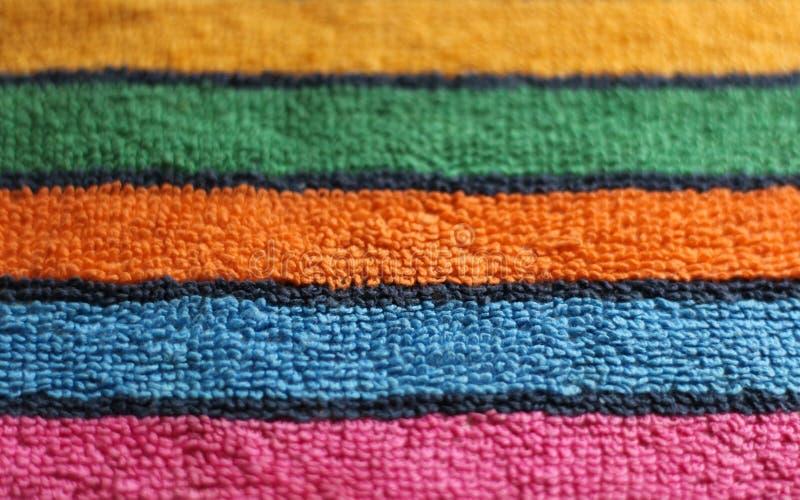 Cierre rayado tela multicolora de la textura del paño de la toalla de Terry del algodón encima del fondo de la visión foto de archivo
