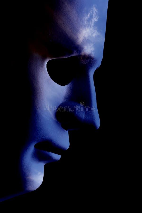 Cierre robótico del perfil de la cara del AI encima de la piel de la nube fotos de archivo