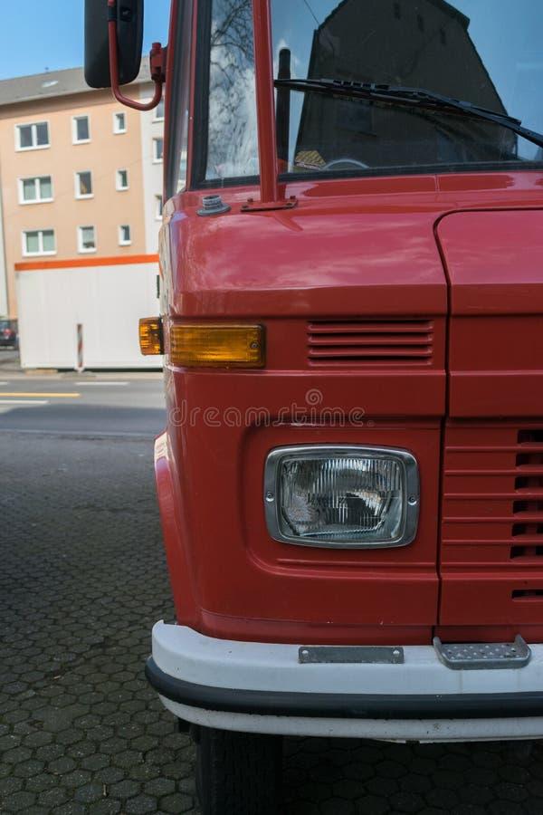 Cierre rojo del vehículo del transporte público de Front Empty Mockup Advertising Space del coche de bomberos encima del bombero  fotografía de archivo libre de regalías