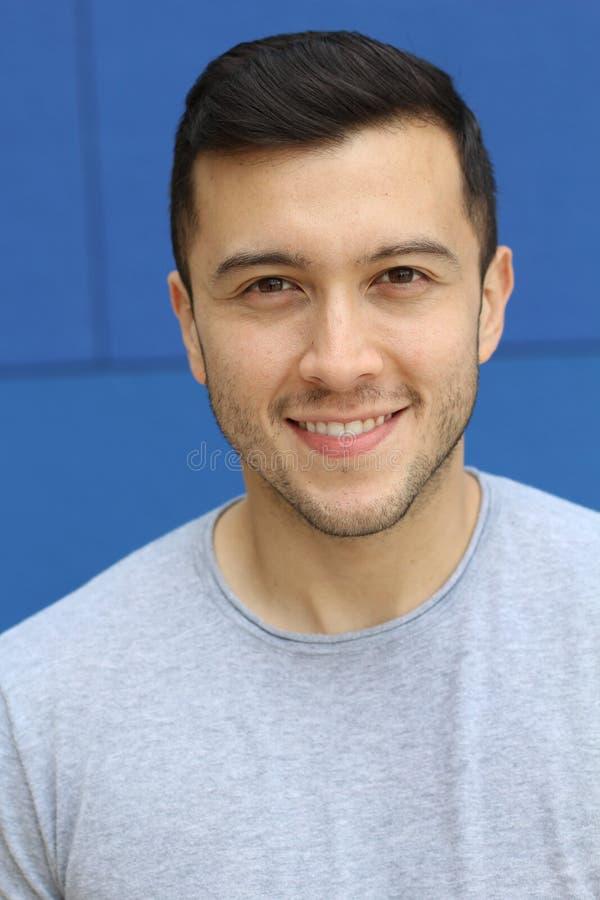 Cierre sonriente masculino étnico ambiguo para arriba fotografía de archivo libre de regalías