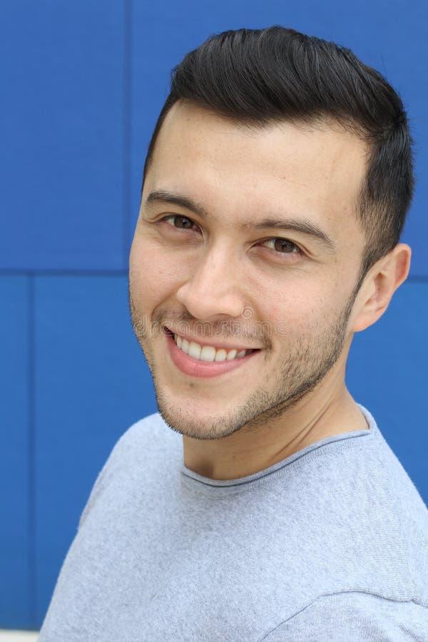 Cierre sonriente masculino étnico ambiguo para arriba imagen de archivo