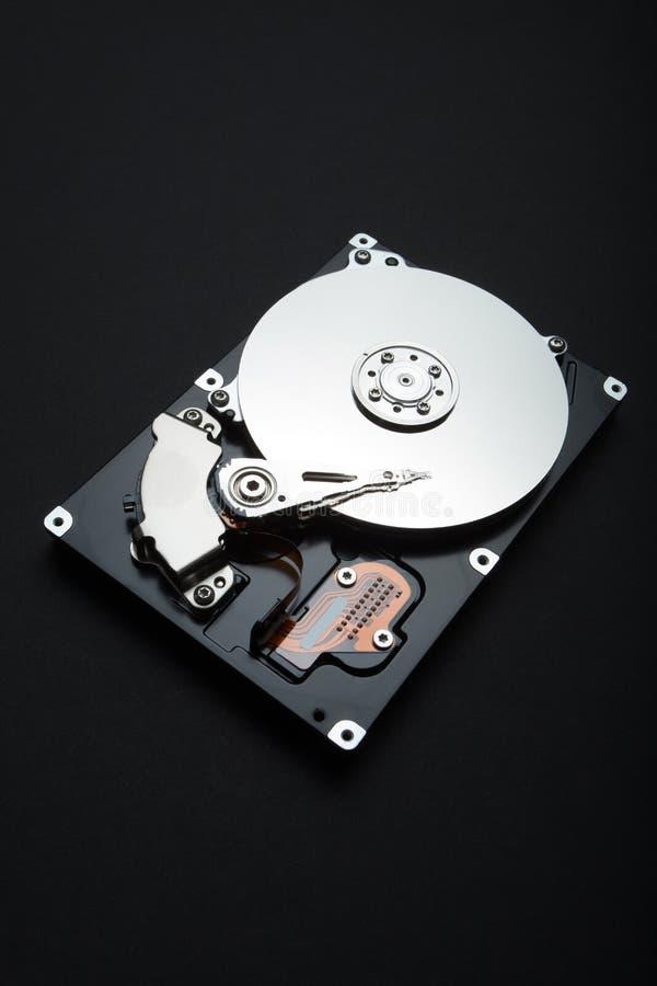 Cierre vertical para arriba del disco duro con la reflexión blanca en fondo negro imagenes de archivo