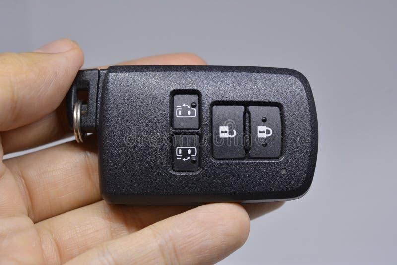 Cierre y desbloquee y abra la diapositiva de la puerta de COCHE con llaves remotas a mano fotos de archivo
