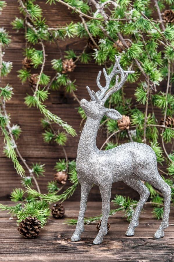 Ciervos de la Navidad Decoración del estilo del vintage con el bollo del árbol de navidad fotos de archivo libres de regalías
