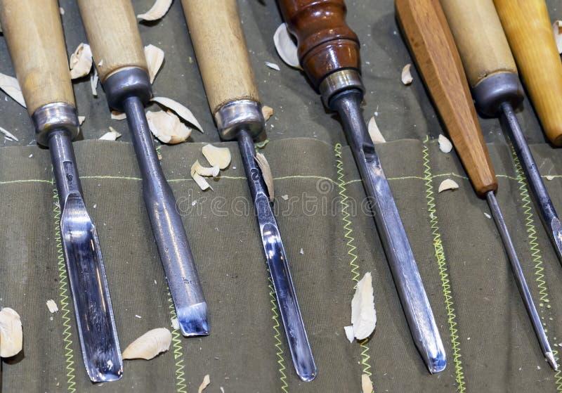 Ciesielek narzędzia dla drewnianego cyzelowania na stole z trociny obraz stock