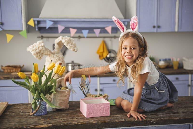 Cieszący się dziecko ma zabawę z Easter dekoracją obraz royalty free