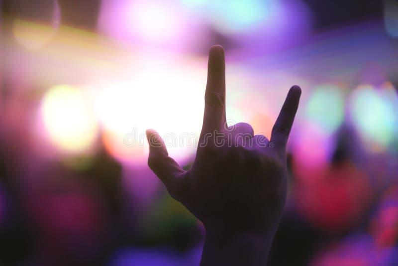 Cieszący się przyjęcia z ręką w górę mieć zabawę w noc klubie zdjęcia stock