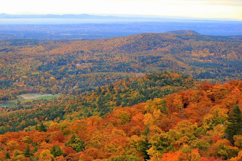 Cieszący się widoki od zbocza góry z wszystkie kolorem spadek, obraz stock