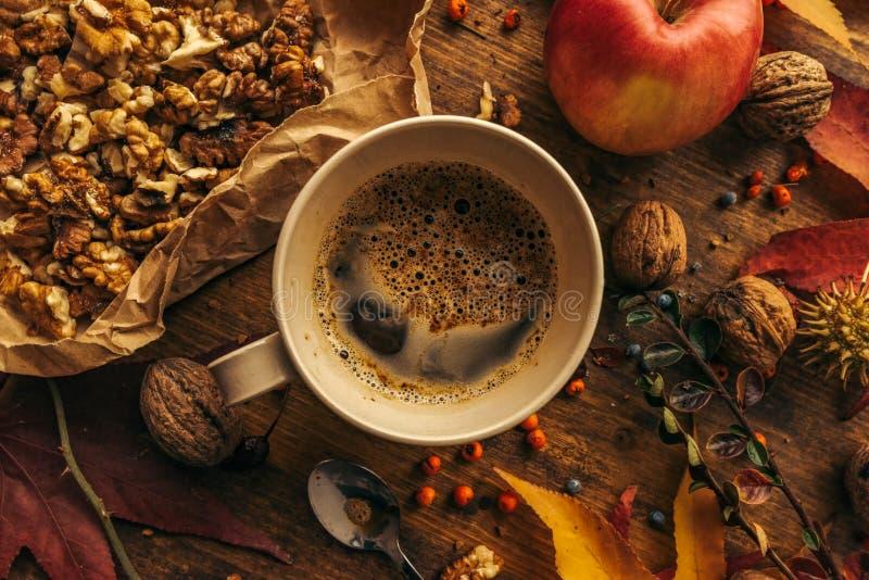 Ciesz?cy si? owoc jab?ko, kawa i orzech w?oski na stole jesie? -, obrazy stock