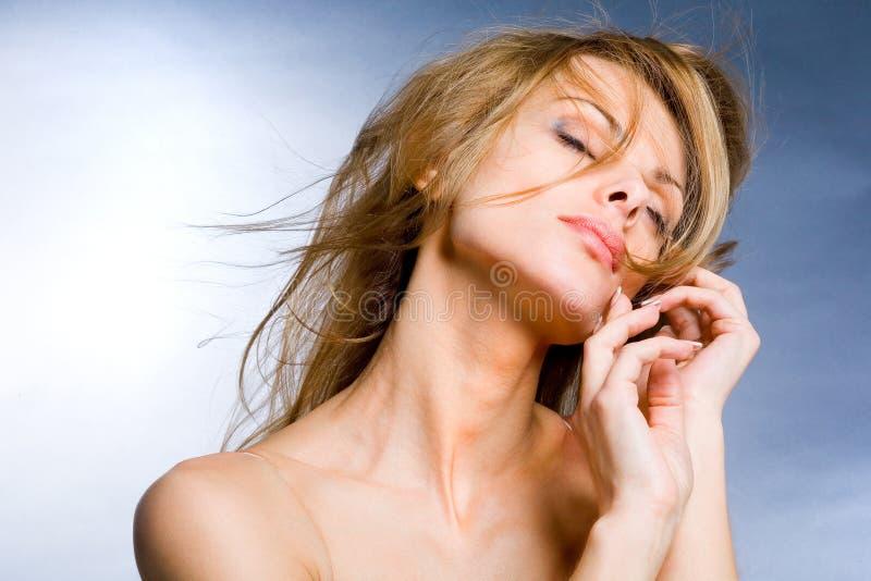 ciesz się portret piękne kobiety wiatr young fotografia stock