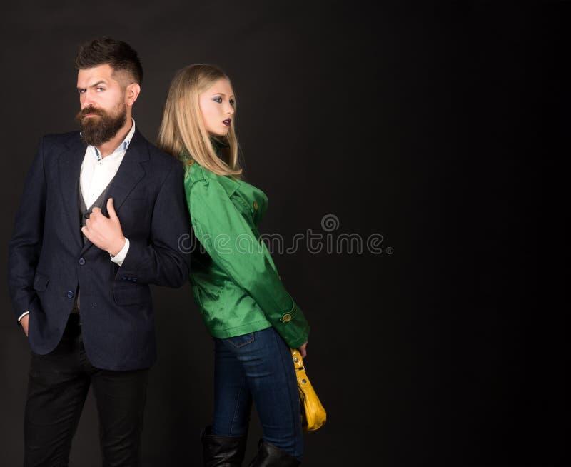 Cieszyć się życzliwych powiązania Jesieni ulicy styl Miłość powiązania Jesieni mody trendy Para w miłości w modnym obraz royalty free