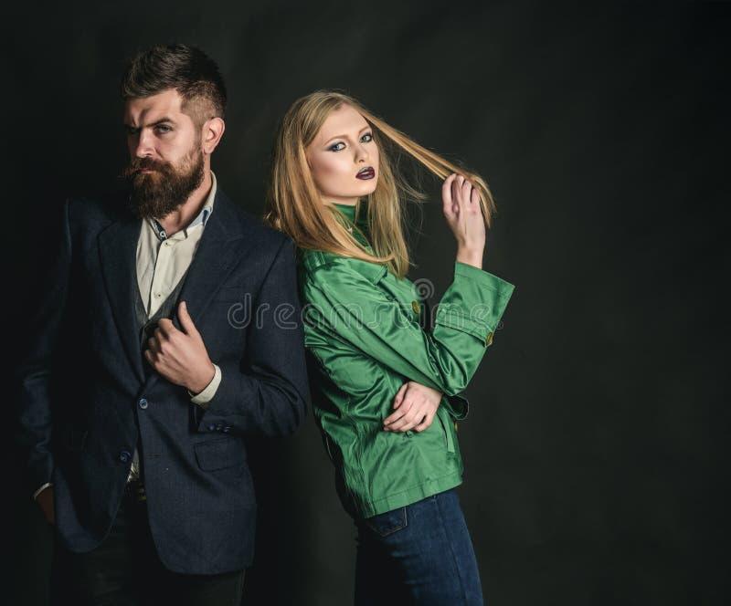Cieszyć się życzliwych powiązania Para w miłości w modnym stylu Miłość powiązania Jesieni mody trendy moda pary zdjęcia stock