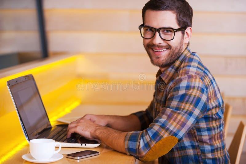 Cieszyć się bezpłatnego Fi w kawiarni zdjęcie royalty free