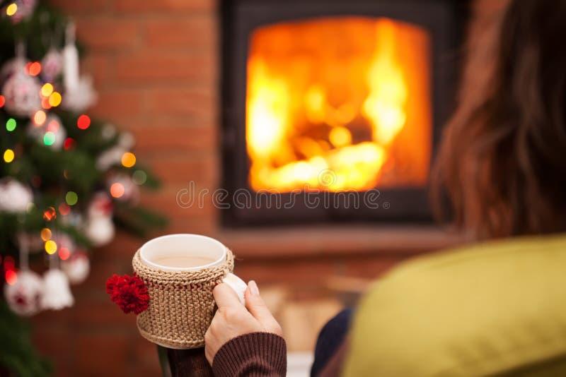 Cieszyć się latte kawę grabą przy boże narodzenie czasem obrazy royalty free